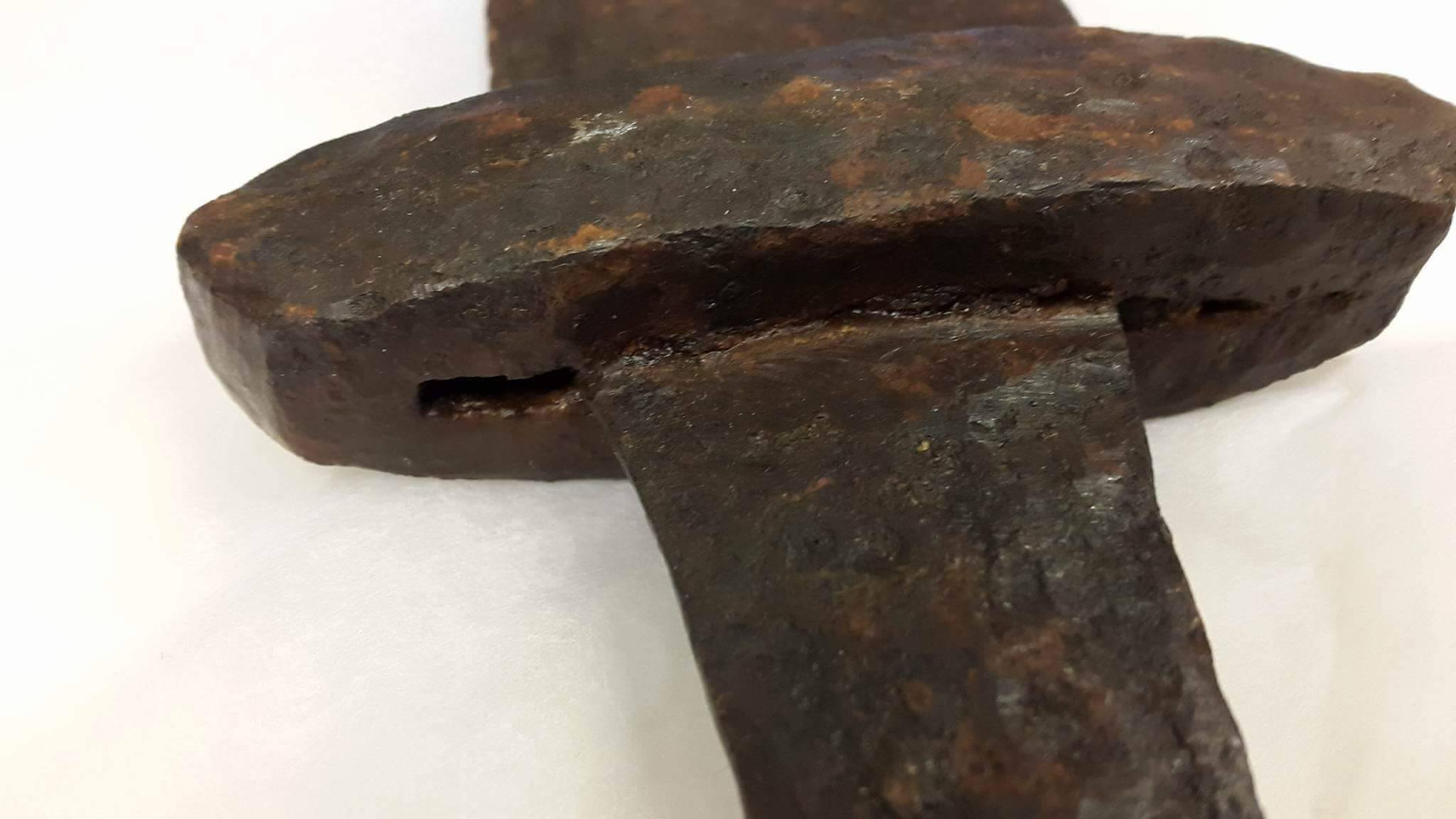 Close-up of the poorly fitted lower guard seen from the end of pommel, showing the gaps between the tang and the lower guard. Photo: Courtesy of Tord Bergelin,